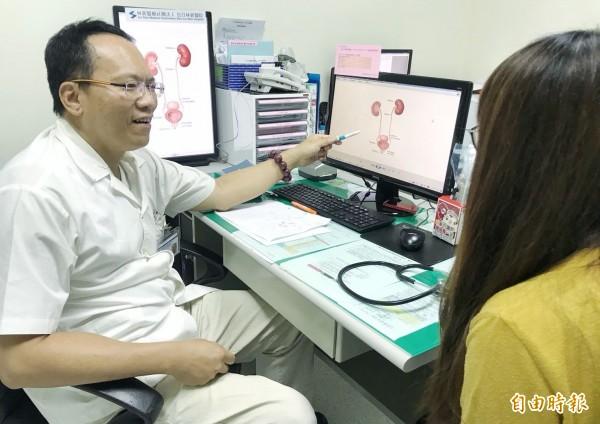 夏天是泌尿道感染好發季節,烏日林新醫院感染科主任郭正邦(左),提醒民眾多喝水、少憋尿。圖非當事人。(記者陳建志攝)