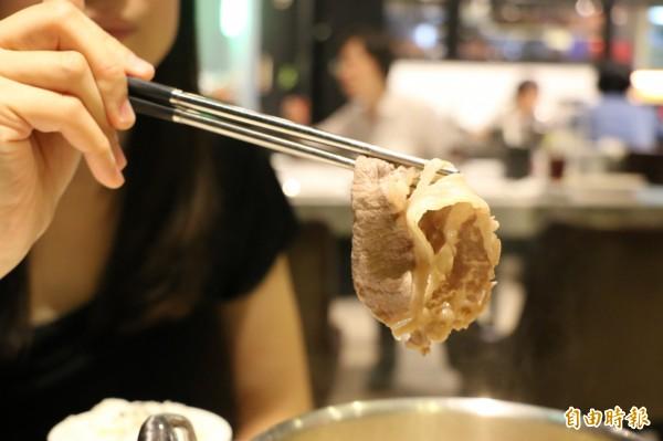 牛肉輕涮過後即可食用,肉質鮮甜可口。(記者鄭名翔攝)
