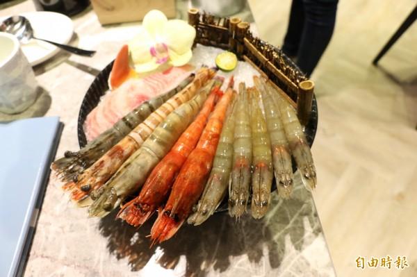 頂級蝦皇盤有草蝦、明蝦、海熊蝦、白蝦,另搭配季節限定的胭脂蝦或藍鑽蝦。(記者鄭名翔攝)