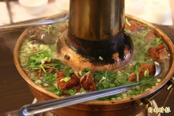 酸菜烤鴨銅鍋。(記者林宜樟攝)