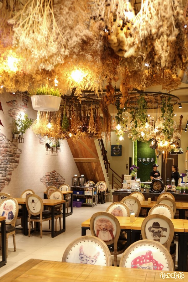 乾燥花餐廳是網美們超愛的拍照打卡景點,屏東潮州鎮上的「花巷草弄」搭上這波熱潮,有著大把大把的乾燥花垂掛牆面,浪漫裝潢讓顧客絡繹不絕,吃美食也享氣氛。(記者邱芷柔攝)