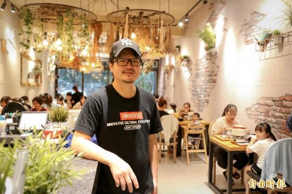 業者蘇尚田為了一圓開餐廳的夢想,從頭學起,從餐點研發到室內裝潢設計,開業1年就成功打響名號,每逢用餐時刻就能看見滿滿人潮。(記者邱芷柔攝)