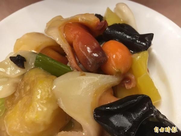 「食觀天下」接地氣,利用在地鳳梨作出美味佳餚,色香味俱全。(記者顏宏駿攝)