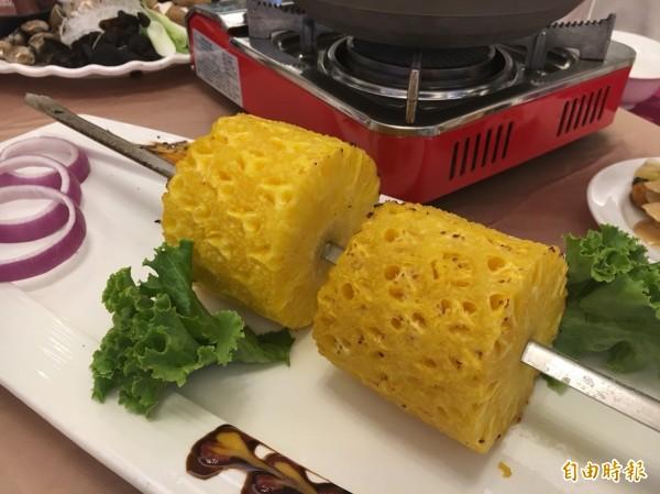 「食觀天下」接地氣,利用在地鳳梨製作美味佳餚。(記者顏宏駿攝)