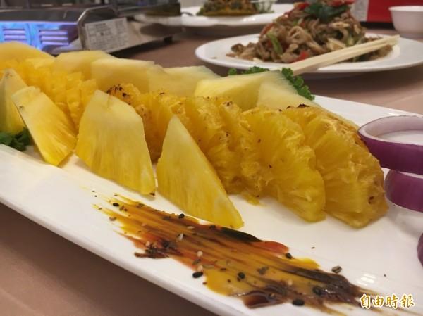 「食觀天下」接地氣,利用在地鳳梨作出佳餚。(記者顏宏駿攝)