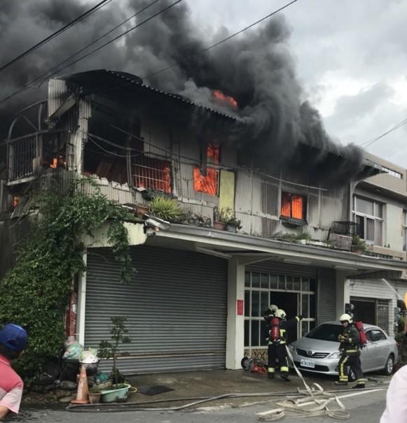 嘉義縣朴子市發生住宅火警,火勢接近4點時受到控制。(記者林宜樟翻攝)