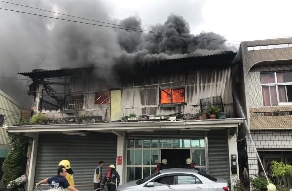 嘉義縣朴子市下午發生住宅火警。(記者林宜樟翻攝)