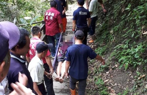 救援人員在狹隘山徑執行救援任務,過程艱辛。(記者蔡宗勳翻攝)