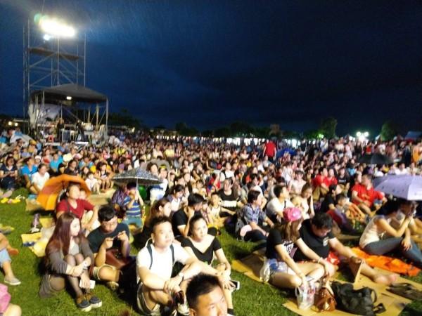 粉絲們擠爆東石漁人碼頭。(記者林宜樟翻攝)
