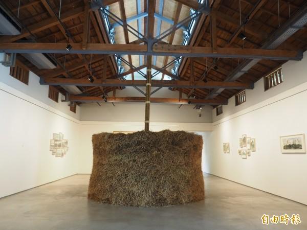 池上穀倉藝術館展廳是以舊穀倉改建,展廳中央是林銓居的裝置藝術創作。(記者王秀亭攝)
