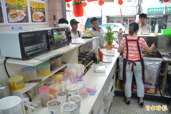 花蓮「193」早餐店開幕迄今才短短2個月,生意相當好,受到顧客廣大青睞。(記者王峻祺攝)