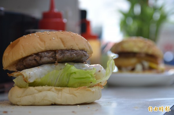 「四分之一盎司牛肉堡」也是花蓮「193」早餐店必吃招牌,鄭怡華選用澳洲牛肉手打餡,每一塊牛肉餅份量足足都有四分之一盎司。(記者王峻祺攝)