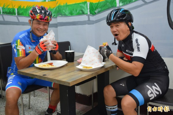 花蓮「193」早餐店的優質套餐「超級班長」及「四分之一盎司牛肉堡」累積超高人氣,被車友譽為是吃了會快樂的美食! (記者王峻祺攝)