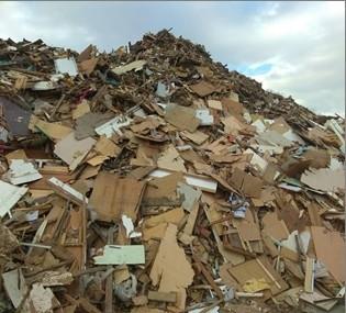 廢棄物堆兩層樓高。(記者鄭景議翻攝)