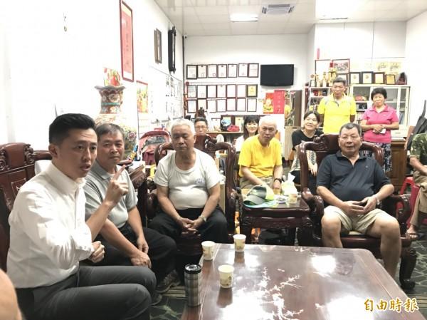 開創選舉新造勢型態!新竹市長林智堅爭取連任,首創「客廳會」方式,走進選民家中做客,與市民面對面溝通和分享市政建設,並進行各種意見交流,頗獲市民認同。(記者洪美秀攝)