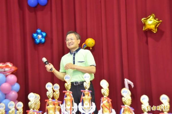 彰化縣長魏明谷上台演唱招牌歌「小薇」。(記者劉曉欣攝)