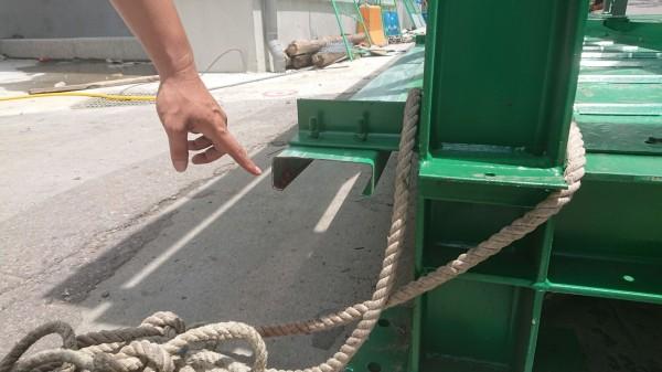 正隆紙廠內吊掛的鋼架仍可見血跡。(記者歐素美翻攝)