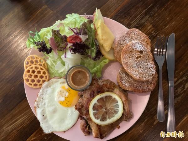 萊姆TEA雞腿排早午餐盤有沙拉、黑糖法式麵包、半熟太陽蛋和薯片,雞腿排用洋蔥、蒜頭、薑和畫龍點睛的萊姆醃漬,是店內人氣餐點。(記者陳心瑜攝)