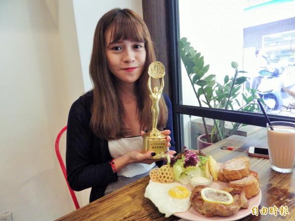 22歲的劉小姐最喜歡Action!早倉的萊姆TEA雞腿排和紅酒色子牛,用餐也一定要拿店內設計的獎盃合照一張。(記者陳心瑜攝)