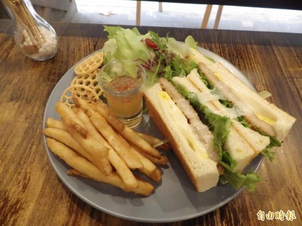 台式炸水梨排骨三明治餐盤。(記者陳心瑜攝)