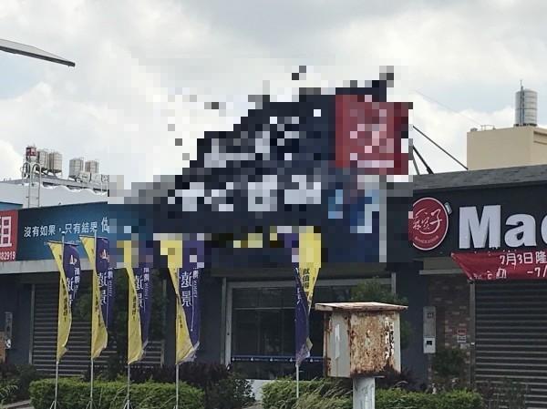 為防強颱「瑪莉亞」來襲,江姓男子拆卸圖中帆布廣告時不明原因跌落殞命。(記者黃美珠攝)