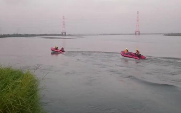 黃姓學童跌落濁水溪,消防人員出動橡皮艇沿下流搜救。(記者陳冠備翻攝)