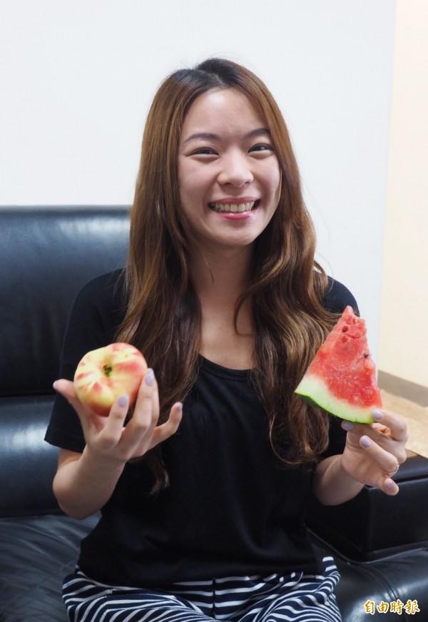 鍾宇琪老師同時吃西瓜和桃子,以行動破除網路謠言。(記者陳鳳麗攝)
