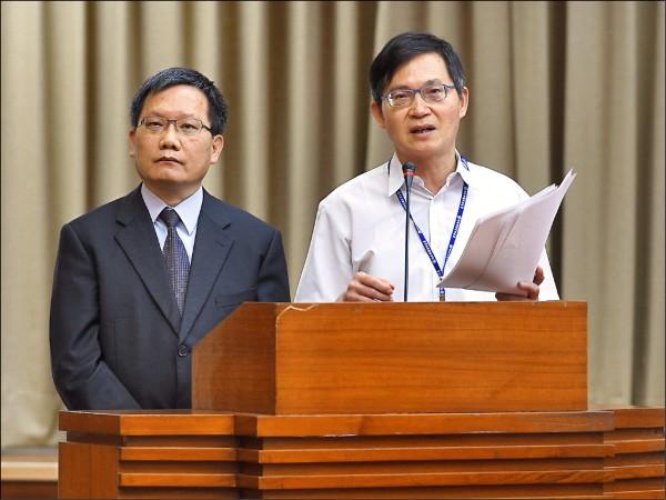新任財政部長則由次長蘇建榮(左)升任。(資料照)