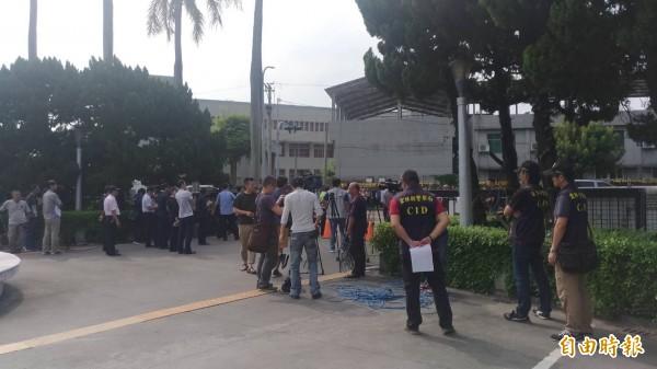 張榮味今早入監,大批民眾綁黃絲帶送行,500警力築戒備網。警方在雲林地檢署內嚴陣以待。(記者廖淑玲攝)