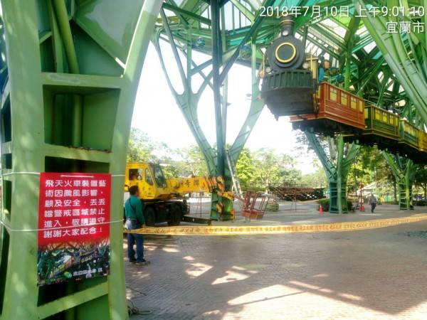 為了防颱,宜蘭幾米小火車開始吊掛降落。(記者林敬倫翻攝)
