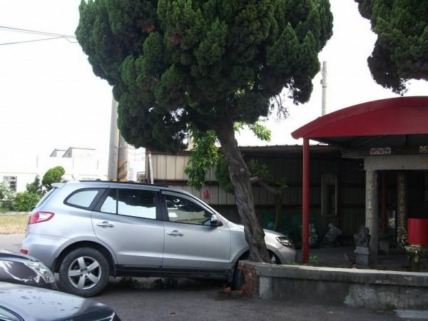 車輛撞入土地公廟,駕駛無傷。(記者蔡政珉翻攝)