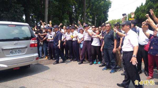 載送張榮味的警備車一雲林地檢署,沿路支持者高喊加油。(記者廖淑玲攝)