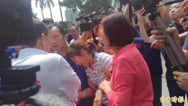 陳河山的妻子蘇于珊(中被攙扶者)在場哭天搶地。(記者廖淑玲攝)
