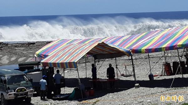 台東市阿美族今起在卑南溪出海口紮營辦3天2夜海祭,巨浪進逼營帳。(記者黃明堂攝)