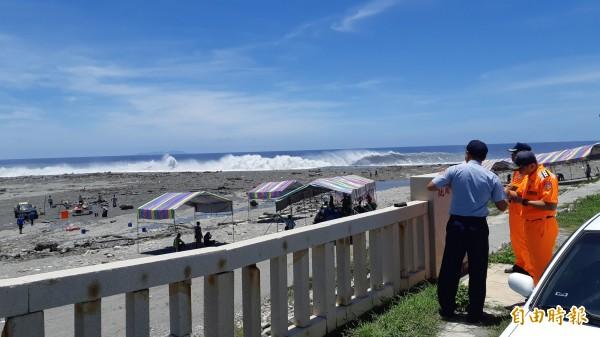 台東市阿美族今起在卑南溪出海口紮營辦3天2夜海祭,巨浪進逼營帳,海巡人員在岸邊戒護。(記者黃明堂攝)