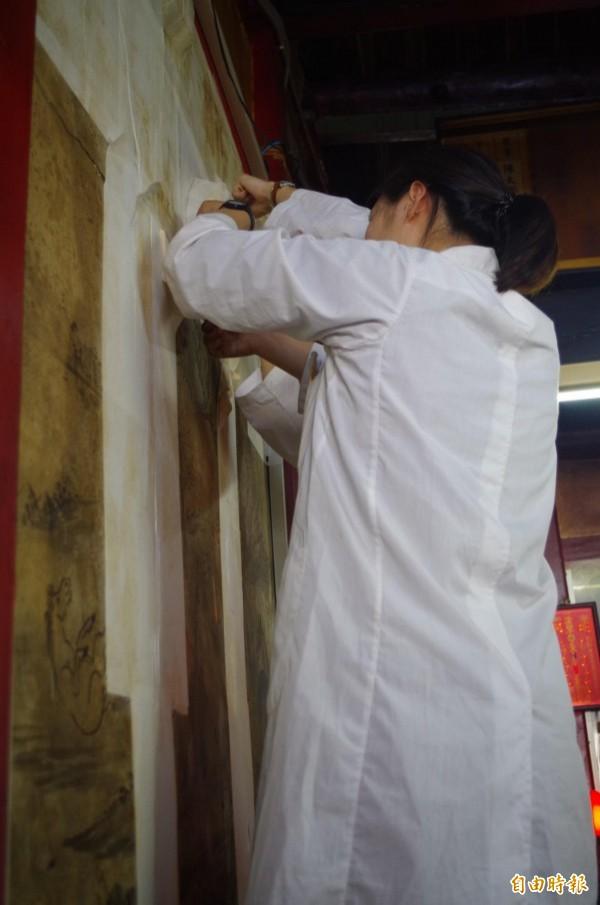 台南藝術大學博物館學與古物維護研究所助理教授邵慶旺團隊為慈龍寺林玉山濕壁畫修復。(記者王善嬿攝)