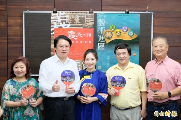 台北市長柯文哲說今天晚上8點會宣布明天是否照常上班上課。對此,基隆市長林右昌(左二)認為,依規定是在晚上10點前宣布。(記者林欣漢攝)