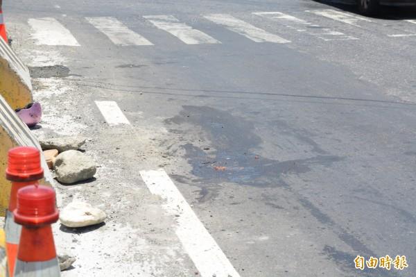 蓮69歲吳姓老婦今天上午騎乘機車行經南濱路,準備上吉安溪橋時,疑似與同向拖板車發生碰撞,倒地後下半身遭車右後輪輾過,當場臟器外露死亡。(記者王峻祺攝)