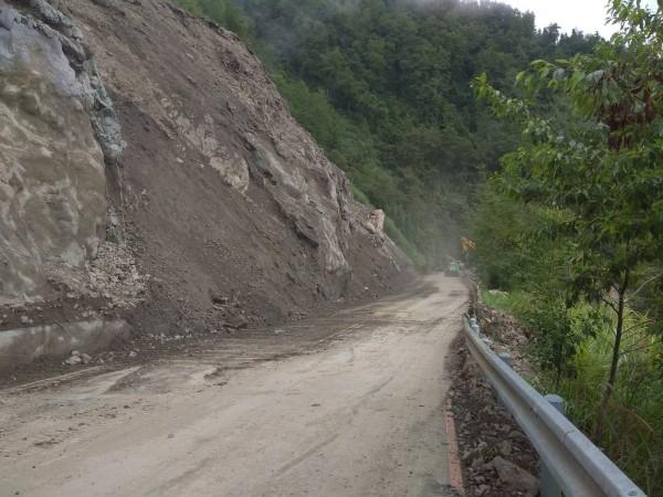 台廿一線新中橫公路迴頭彎路段落石坍方,目前只能維持單線通車。(圖由信義工務段提供)