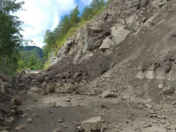 台廿一線新中橫公路迴頭彎路段落石坍方,由於邊坡不穩,公路單位呼籲民眾避免上山。(圖由玉管處提供)