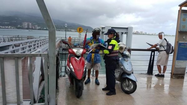 警方派員勸離在岸邊逗留的民眾。(記者王宣晴翻攝)