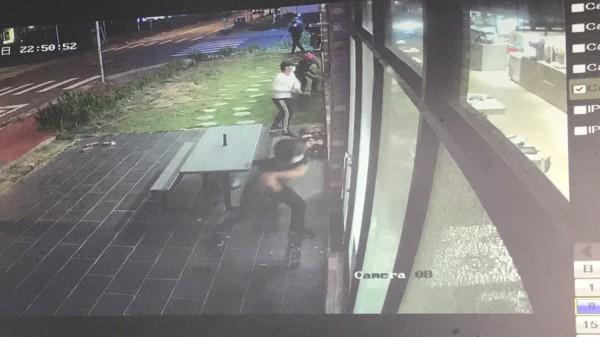 業者提供4名不明男子動手砸店的畫面,表示實在想不出來有跟誰結怨。(記者黃美珠翻攝)