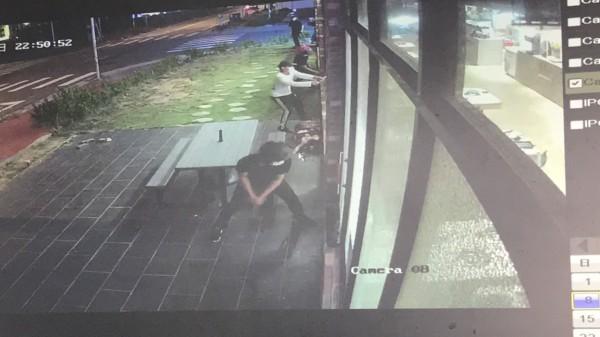 被害業者說,砸店者個個手持榔頭,直接往他們的落地窗砸,12面強化玻璃全毀,行徑囂張、目無法紀。(記者黃美珠翻攝)