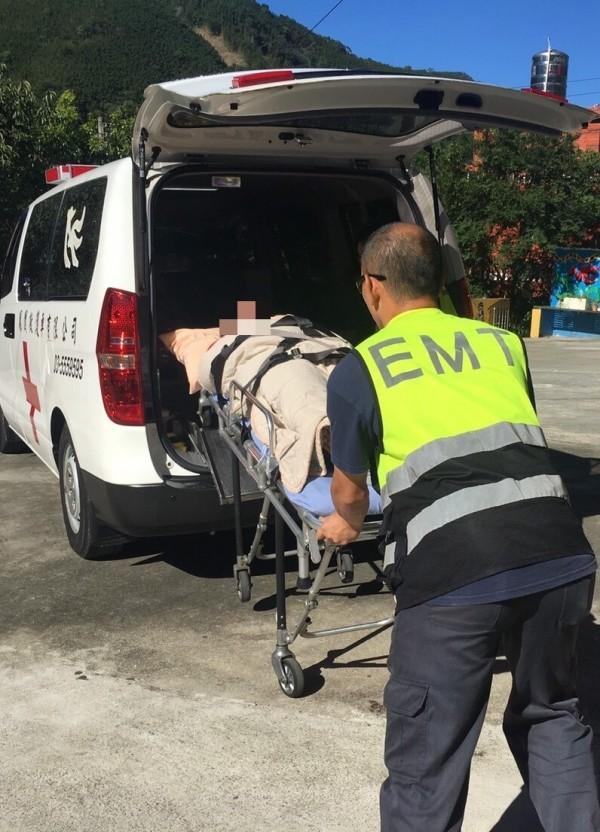 新竹縣政府今天因應颱風瑪莉亞來襲,預防性撤離尖石鄉、五峰鄉的臥床重症患者。(新竹縣政府提供)