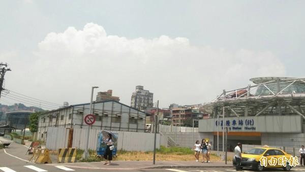 台鐵已經公告11日中午前,基隆到新竹間的區間車也一樣停駛。(記者林欣漢攝)