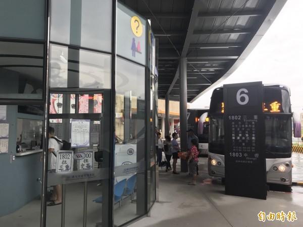 國光客運早上觀察發現人潮並不多,還比平常日少了2成,加班車也沒開了。(記者林欣漢攝)