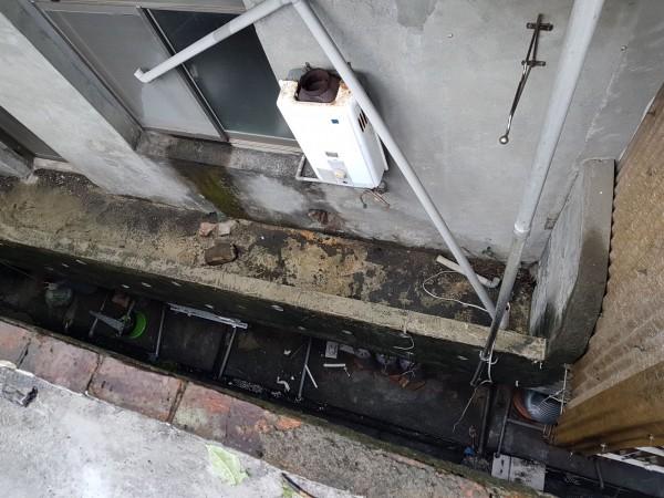 鄭男再爬上樓頂平台查看,不慎失足,跌落身亡(記者吳昇儒翻攝)