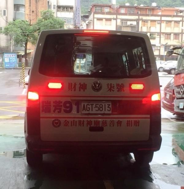 救護車將鄭男送醫搶救,但他到院前已無生命跡象不治身亡(記者吳昇儒翻攝)