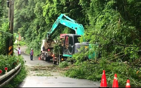 新竹縣122號縣道24.5K邊坡坍方路段,今天上午9點多搶通。(圖由竹東警分局提供)