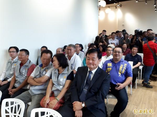 新竹市議長謝文進宣佈參選新竹市長,包括國民黨籍市議員和里長及社區,社團等出席力挺,展現高人氣。(記者洪美秀攝)